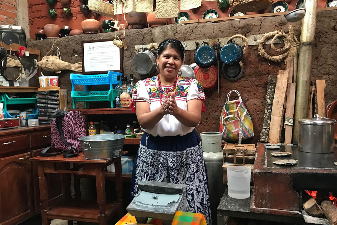 como se hacen las tortillas de maiz Rosalba Morales cocinera tradicional de Michoacan