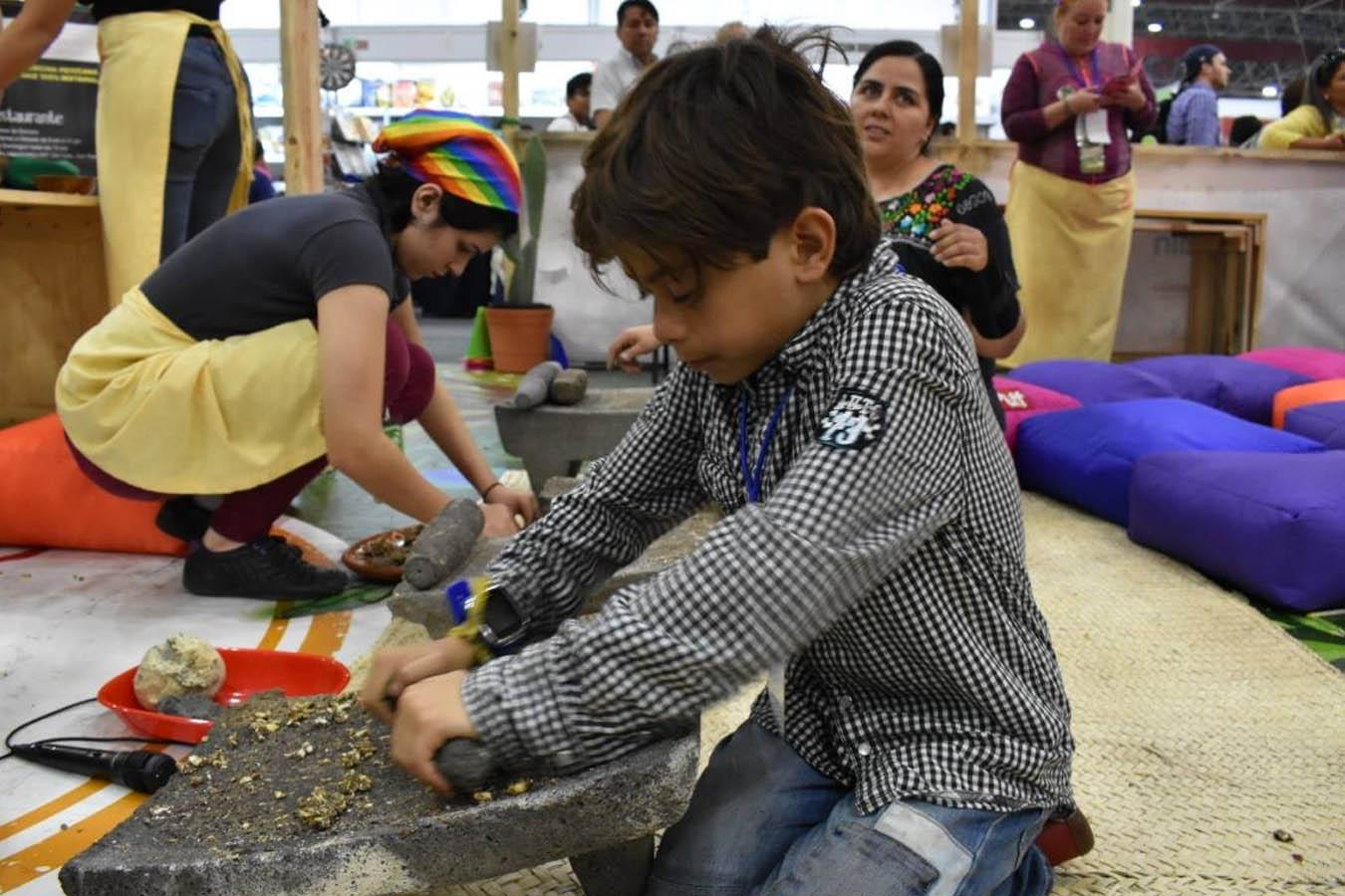 metate para moler maiz mexicano una escuela de colores slow food monterrey educacion alimentaria para niños
